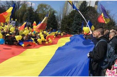 Un drapel tricolor, lung de 101 metri, a fost purtat pe străzile Chişinăului